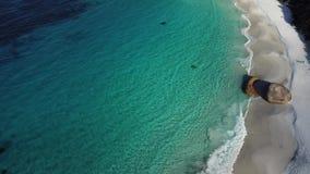 Albany Australia occidental dos personas aúlla agua azul de la playa almacen de metraje de vídeo