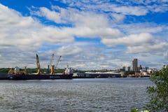 Albany NY durante día a través de Hudson River Foto de archivo libre de regalías