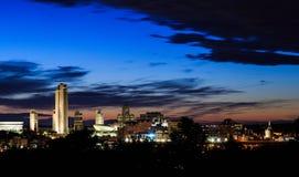 Albany NY en la noche de enfrente de Hudson River Imágenes de archivo libres de regalías