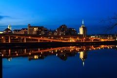 Albany NY horisont på nattreflexioner av Hudson River Fotografering för Bildbyråer