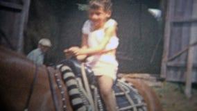 ALBANY, NY Les ETATS-UNIS - 1953 : Enfants de la grande ville se reposant sur des chevaux pour la première fois banque de vidéos