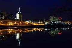 Albany NY linia horyzontu przy nocy odbiciami z hudsonu Obrazy Stock