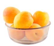 Albaricoques amarillo-naranja, en un cuenco transparente marrón fotos de archivo