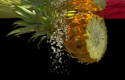 Albaricoques en agua Fotografía de archivo