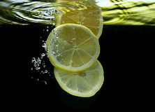 Albaricoques en agua Imagen de archivo