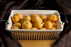Albaricoques en una cesta Fotografía de archivo libre de regalías