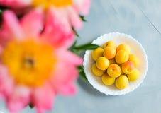 Albaricoques frescos y maduros en fondo gris Bayas de la estación, comida del verano foto de archivo libre de regalías