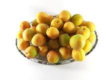 Albaricoques maduros en la placa, fondo blanco Foto aislada de las frutas foto de archivo libre de regalías