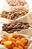 Albaricoques Nuts y secados imagen de archivo