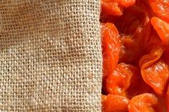 Albaricoques secados y harpillera Imagen de archivo