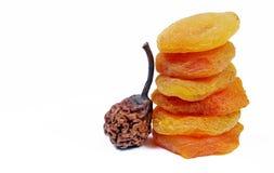 Albaricoques secados y peras aislados en blanco Frutos secos Fotos de archivo