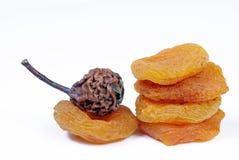 Albaricoques secados y peras aislados en blanco Frutos secos fotografía de archivo