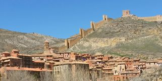 Albarracin dalla distanza - pareti e panoramica Immagine Stock
