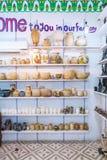 Albasten vaas en beeldje in Egyptische herinneringswinkel stock afbeeldingen