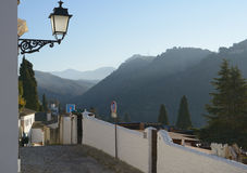 Albayzin狭窄的街道在格拉纳达,西班牙 库存图片
