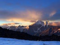 Albeggiando sull'alta montagna Immagini Stock