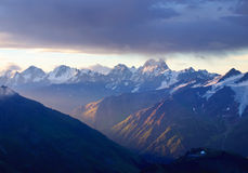 Albeggiando sulla montagna Fotografia Stock