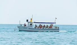 ALBENA, BULGARIA - 16 DE JUNIO DE 2017: Barco o nave que navega en el agua azul del Mar Negro, yate del entertaiment Imagenes de archivo