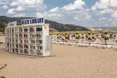 ALBENA, BULGARIJE - SEPTEMBER 7, 2014: Bibliotheek op het strand in Albena Luxetoevlucht dichtbij Varna, Bulgarije Royalty-vrije Stock Fotografie
