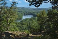 Alberi che incorniciano Hart Ponds sotto la cresta della montagna stracciata, Connecticut Immagine Stock