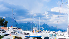 Alberi dei sailsboats degli yacht viaggio di vista del cielo blu fotografie stock libere da diritti
