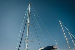 Alberi dell'yacht nel fondo del cielo blu Fotografia Stock Libera da Diritti