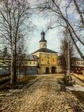 Alberi della primavera lungo la strada alla chiesa Immagini Stock Libere da Diritti