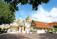 Alberi della priorità alta ed architettura tailandese antica di Chedi o della pagoda a Wat Pho Fotografia Stock