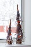 Alberi di Natale astratti dai materiali naturali che stanno sul Fotografia Stock