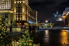 Alberi di Natale con al quadrato di Manezhnaya alla notte Decorazioni festive del nuovo anno a Mosca prima dell'inverno imminente fotografia stock libera da diritti