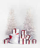 Alberi di Natale con il mucchio dei contenitori di regalo Fotografie Stock