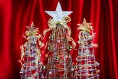 Alberi di Natale del collegare su fondo rosso Immagini Stock