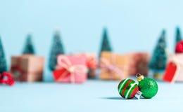 Alberi di Natale e giftboxes e piccole bagattelle Immagini Stock Libere da Diritti