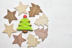 Alberi di Natale di legno, stelle e vista superiore del pan di zenzero al forno Fotografia Stock Libera da Diritti