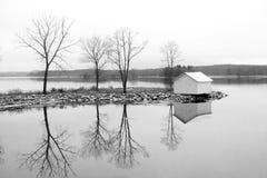 Alberi e cabina che riflettono nel fiume hudson fotografie stock libere da diritti
