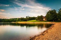 Alberi e costruzione lungo la riva del lago Marburgo, a Codorus S Fotografia Stock