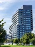 Alberi moderni del parco del complesso condominiale di architettura fotografia stock