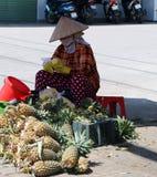 Alberi nella città vietnam Venditore ambulante con i biglietti di lotteria immagine stock