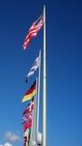 Alberi per bandiera con le bandiere nazionali Fotografie Stock Libere da Diritti