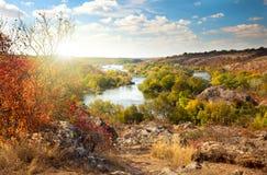 Alberi variopinti e fiume - bella stagione soleggiata di autunno Fotografia Stock