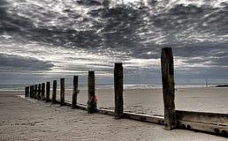 Alberini di legno alla spiaggia nel Galles del Nord fotografia stock