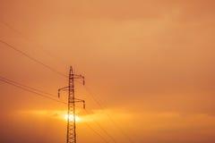 Alberino ad alta tensione al tramonto Immagini Stock