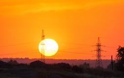 Alberino ad alta tensione al tramonto Torre ad alta tensione Immagine Stock Libera da Diritti
