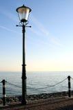 Alberino della lampada lungo il waterside Fotografie Stock Libere da Diritti