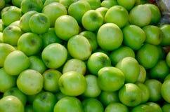 Albern Sie Apfelfrüchte für Verkauf am lokalen Markt herum Lizenzfreies Stockfoto