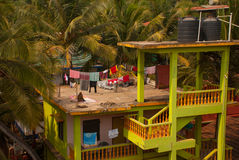 Albern Sie das Sitzen auf dem Dach des Hauses herum goa Indien Lizenzfreies Stockbild