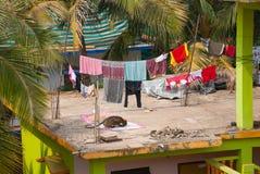 Albern Sie das Sitzen auf dem Dach des Hauses herum goa Indien Lizenzfreie Stockfotografie