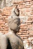 Albern Sie Mutter und ihr Baby auf Kopf Buddha herum Lizenzfreie Stockbilder