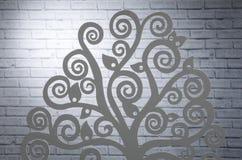 Albero artificiale della decorazione di legno nello studio della foto vicino al g immagini stock libere da diritti