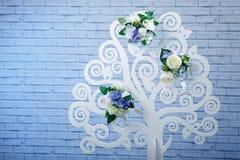 Albero artificiale della decorazione di legno nello studio della foto vicino al g fotografie stock